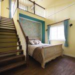ラバーウッドの柱の色使いとデザインがクラシカルなストリップ階段