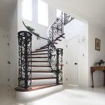 メープルとロートアイアンの曲線が美しいアール階段