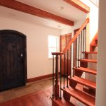 ボルドーパインとアイアン子柱の開放的なストリップ階段